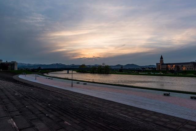 旭川の夕暮れの写真