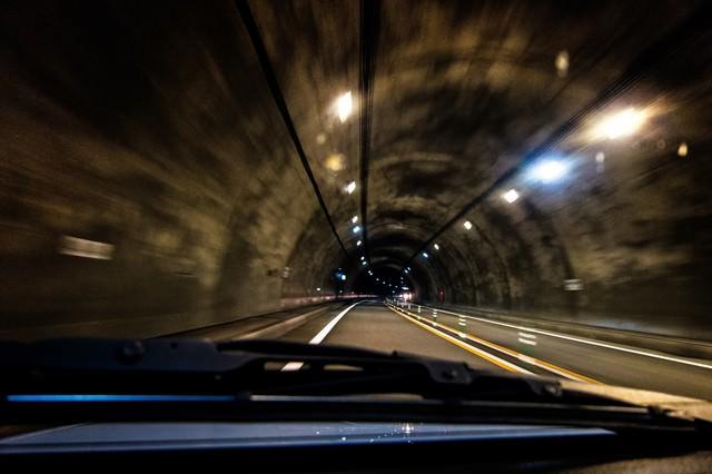 薄暗いトンネルを走るの写真