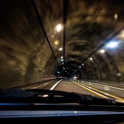 「薄暗いトンネルを走る」の写真素材
