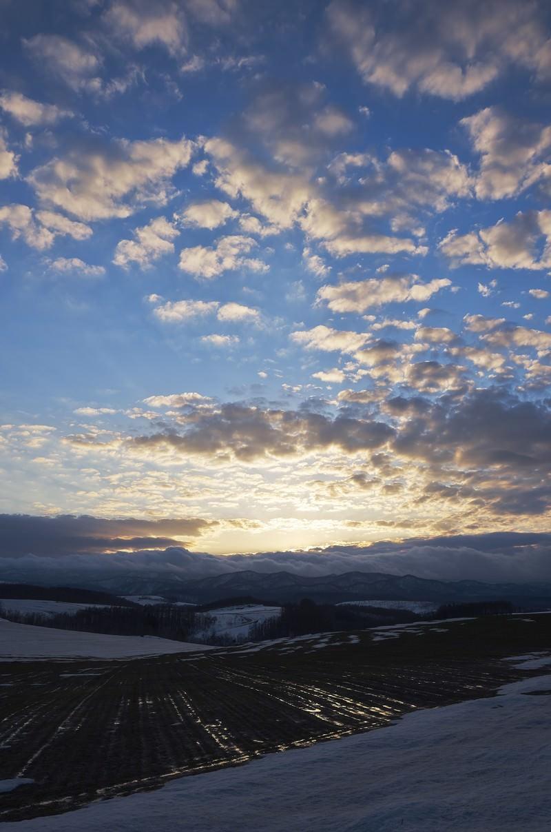 「雪解け丘の夕暮れ」の写真