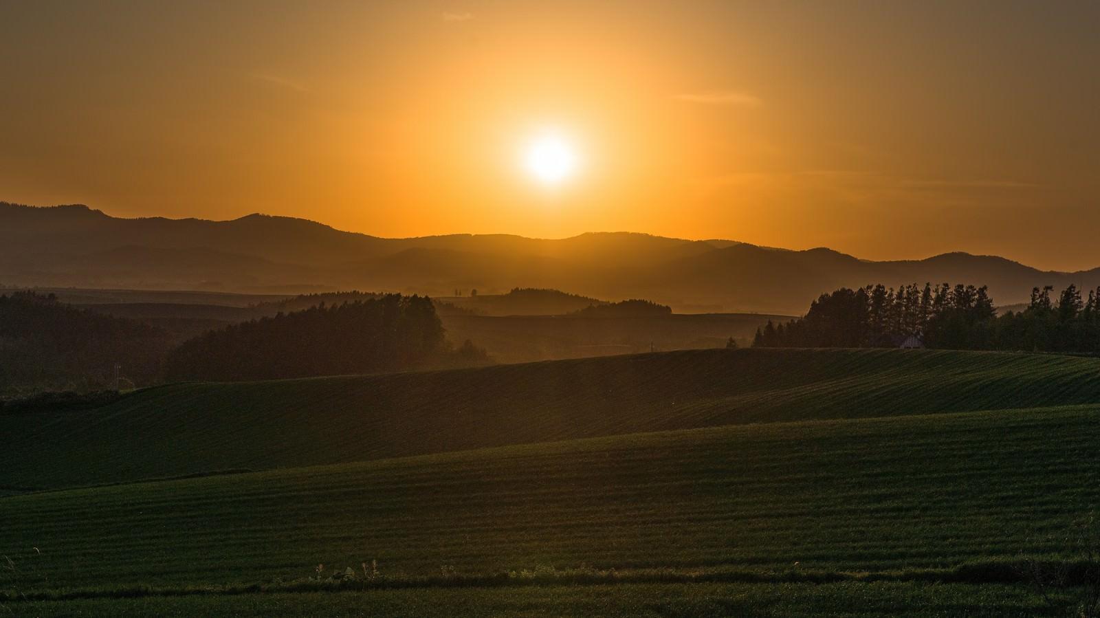 「夕暮れの美瑛の丘夕暮れの美瑛の丘」のフリー写真素材を拡大