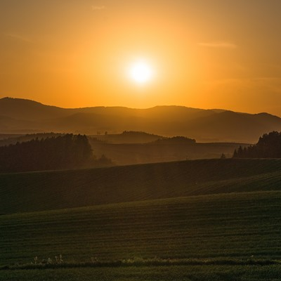 「夕暮れの美瑛の丘」の写真素材
