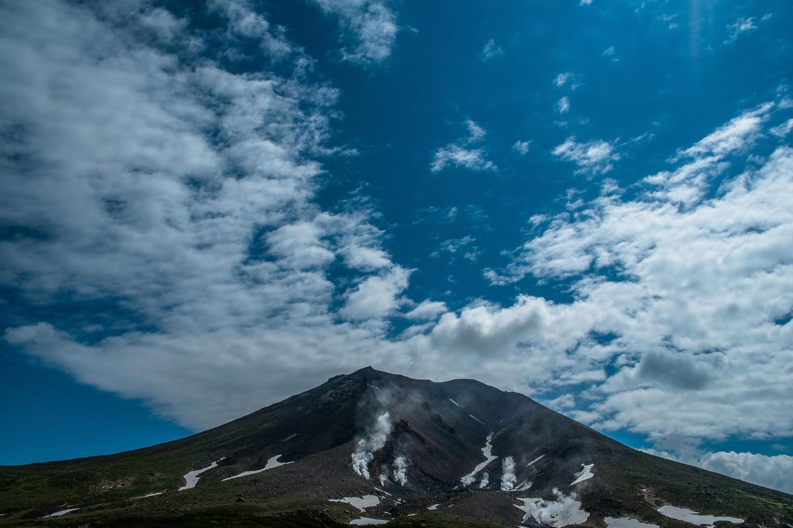 「旭岳と青空」の写真