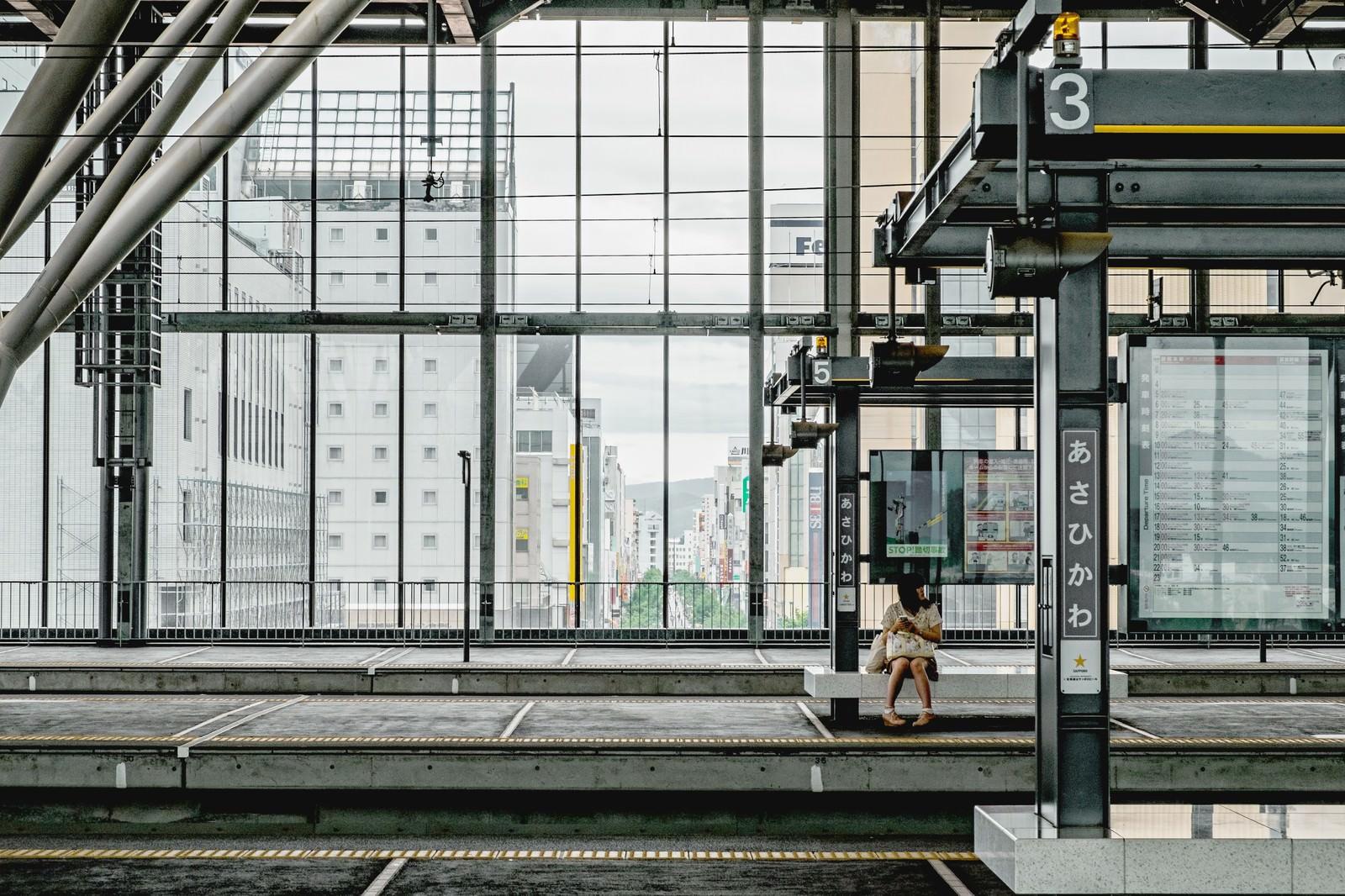 「旭川の駅のホーム」の写真