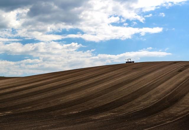 美瑛の丘と耕耘機の写真