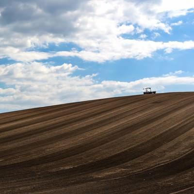 「美瑛の丘と耕耘機」の写真素材
