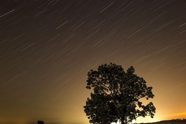 流れる星空の写真