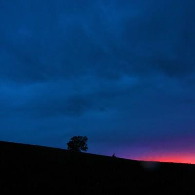 「まもなく日が沈む(美瑛の丘)」の写真素材