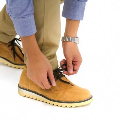 「靴ひもを結び歩き出そう!」の写真素材