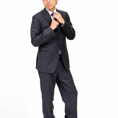 「ネクタイを締める新入社員」の写真素材