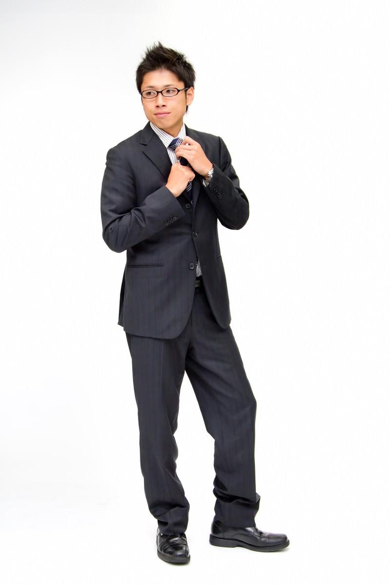 「ネクタイを締める新入社員」の写真[モデル:恭平]