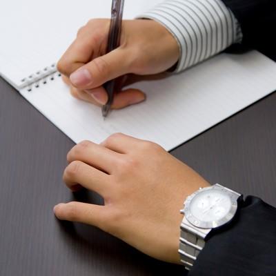 「ノートにメモを取る」の写真素材