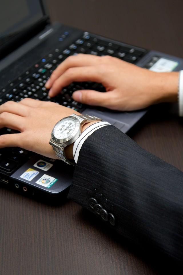 ノートパソコンを触るビジネスマンの写真