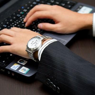 「ノートパソコンを触るビジネスマン」の写真素材