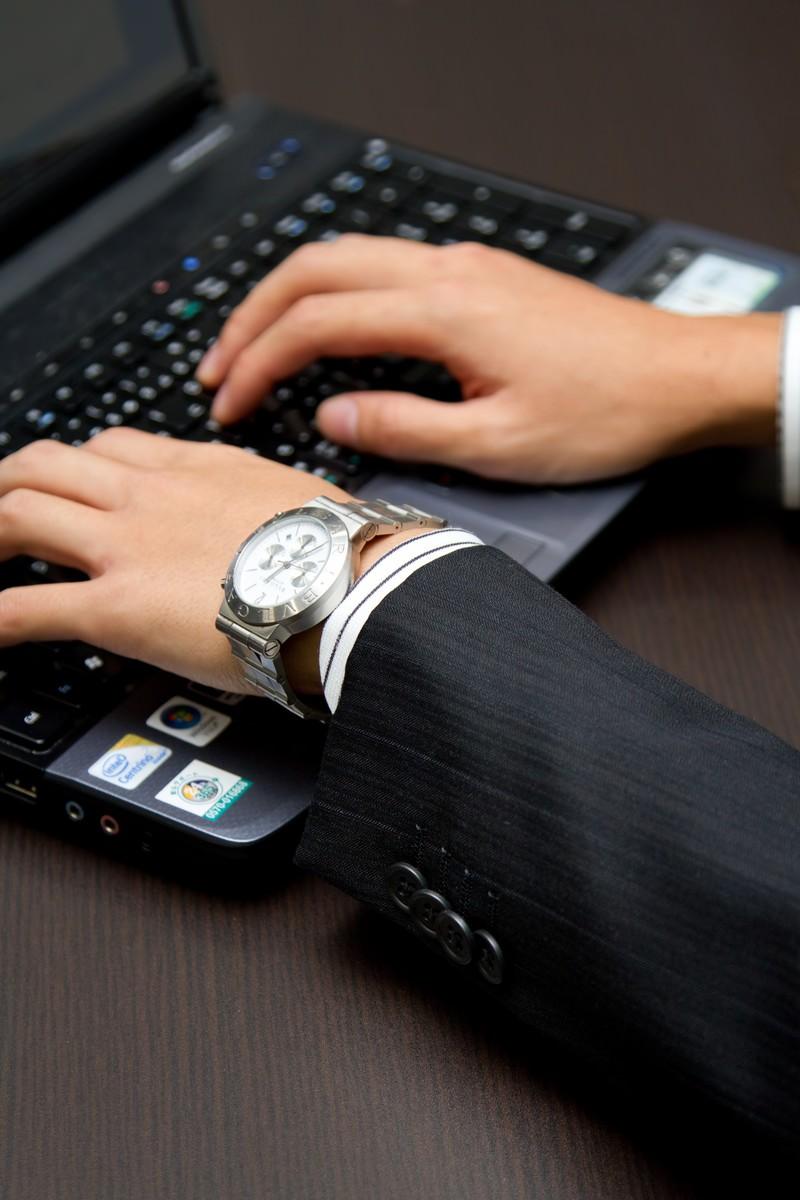「ノートパソコンを触るビジネスマン」の写真