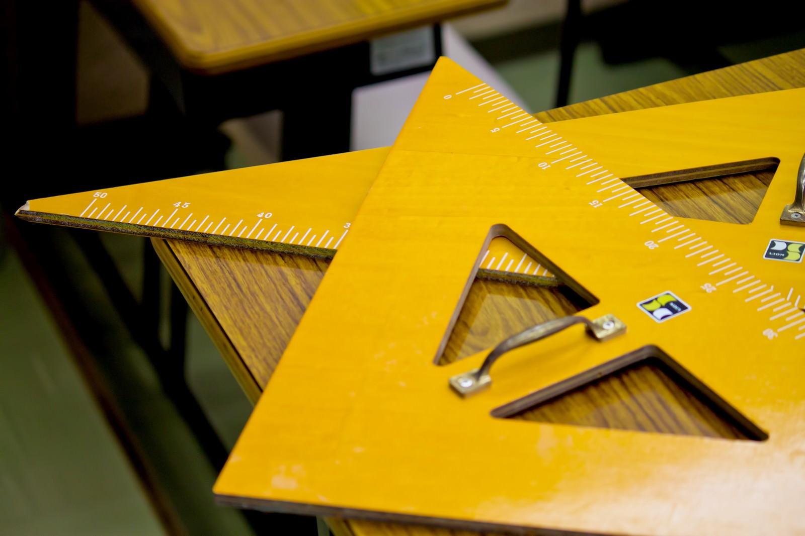 「授業で使う大きな三角定規授業で使う大きな三角定規」のフリー写真素材を拡大