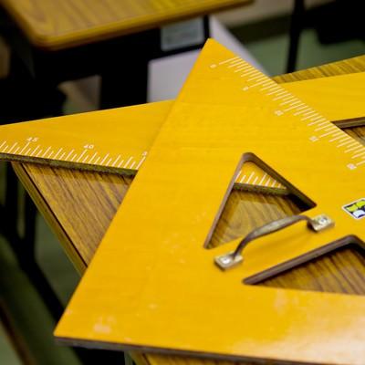 授業で使う大きな三角定規の写真