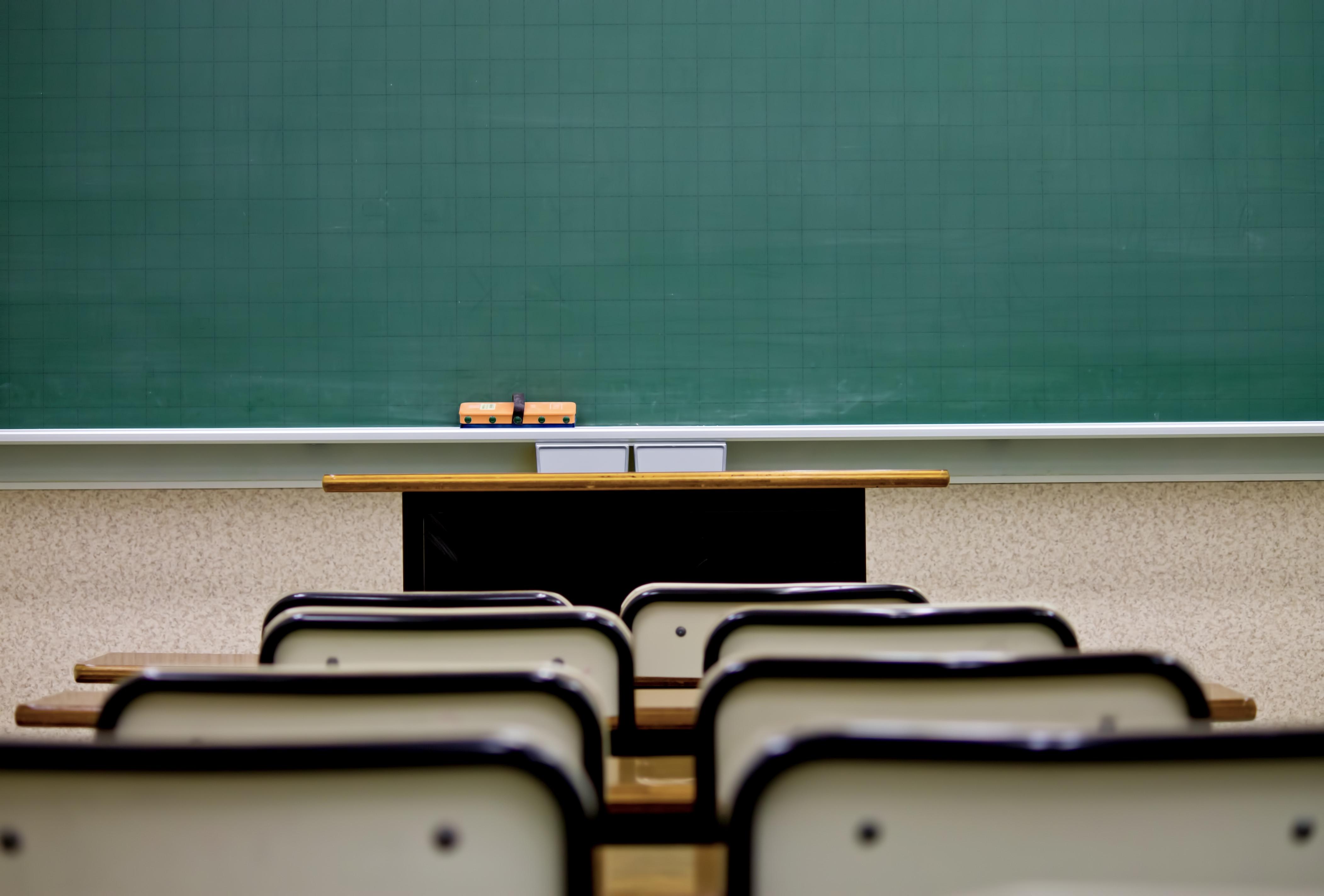 席と教室の黒板の写真(画像)を無料ダウンロード - フリー素材のぱくたそ