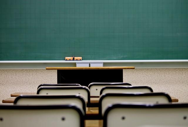 席と教室の黒板の写真