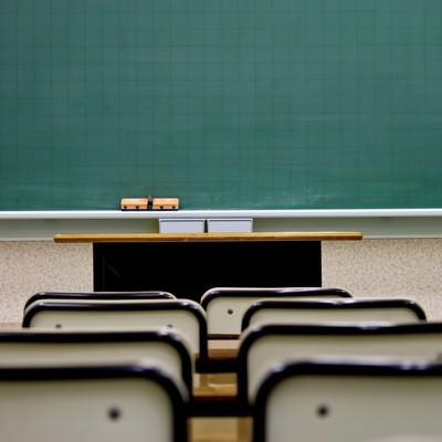 「席と教室の黒板」の写真素材