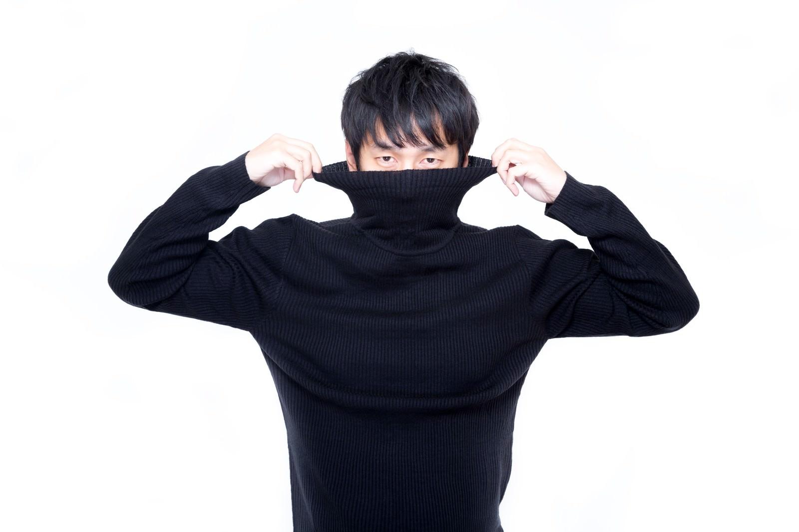 「髪型が崩れないように慎重にタートルネックを着るオシャメン」の写真[モデル:大川竜弥]