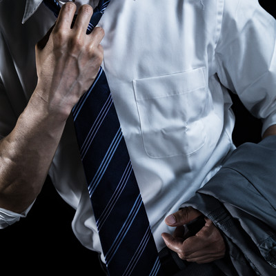 「クールビズの導入を訴える会社員」の写真素材