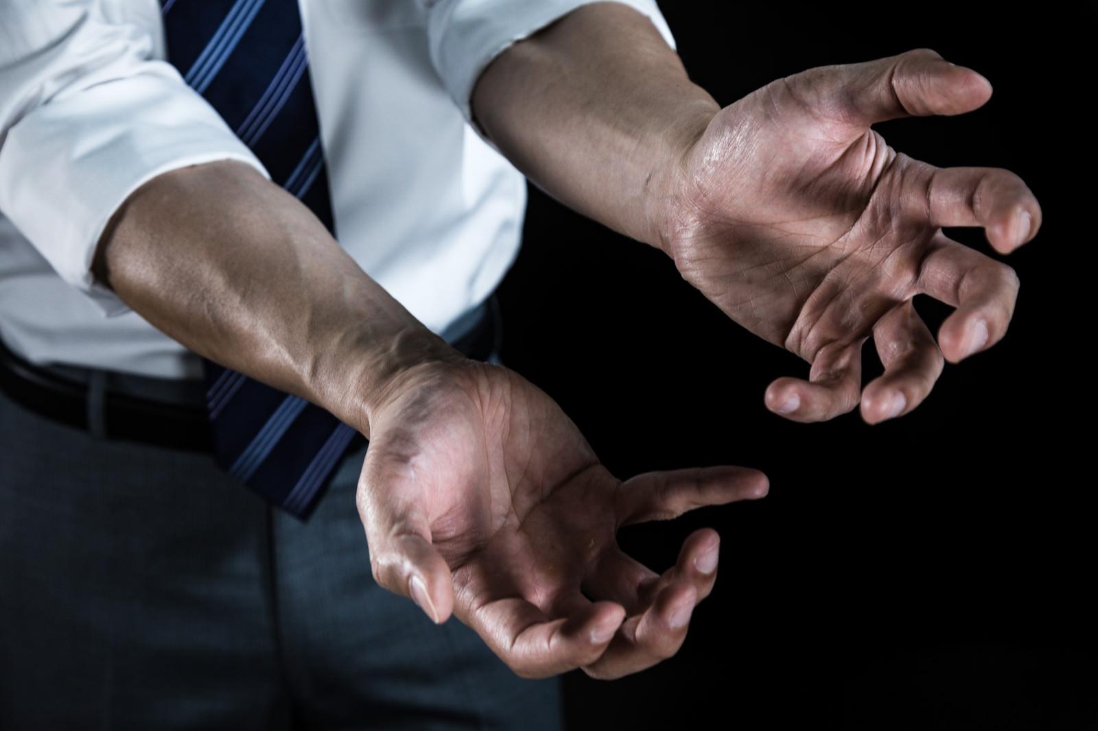 「「なんじゃこりゃあ!」が口ぐせの新米刑事の手 | 写真の無料素材・フリー素材 - ぱくたそ」の写真[モデル:大川竜弥]