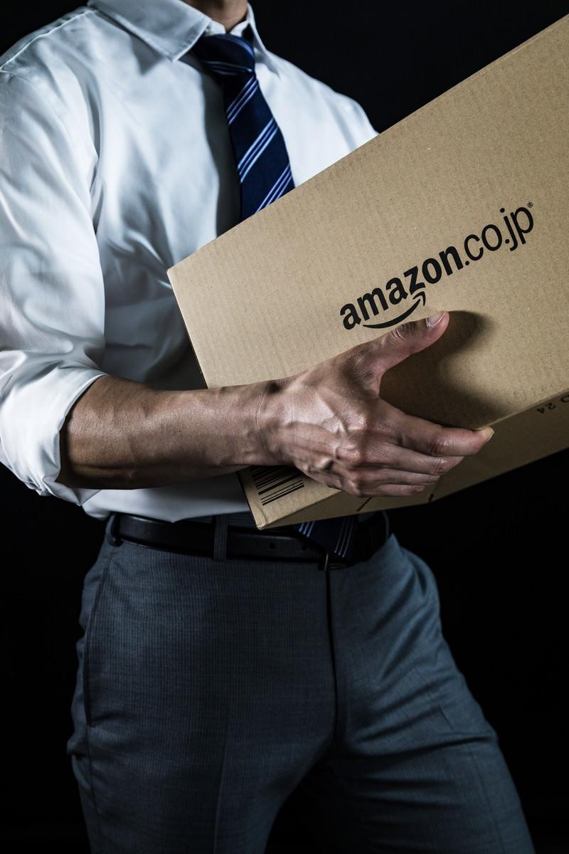 「荷物を運ぶ総務課の男性荷物を運ぶ総務課の男性」[モデル:大川竜弥]のフリー写真素材を拡大