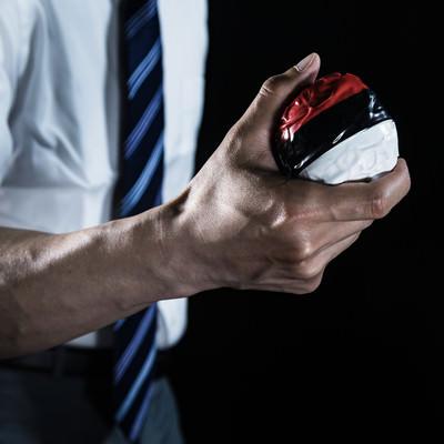 「紅白ボールを握りしめる会社員ゲーマー」の写真素材