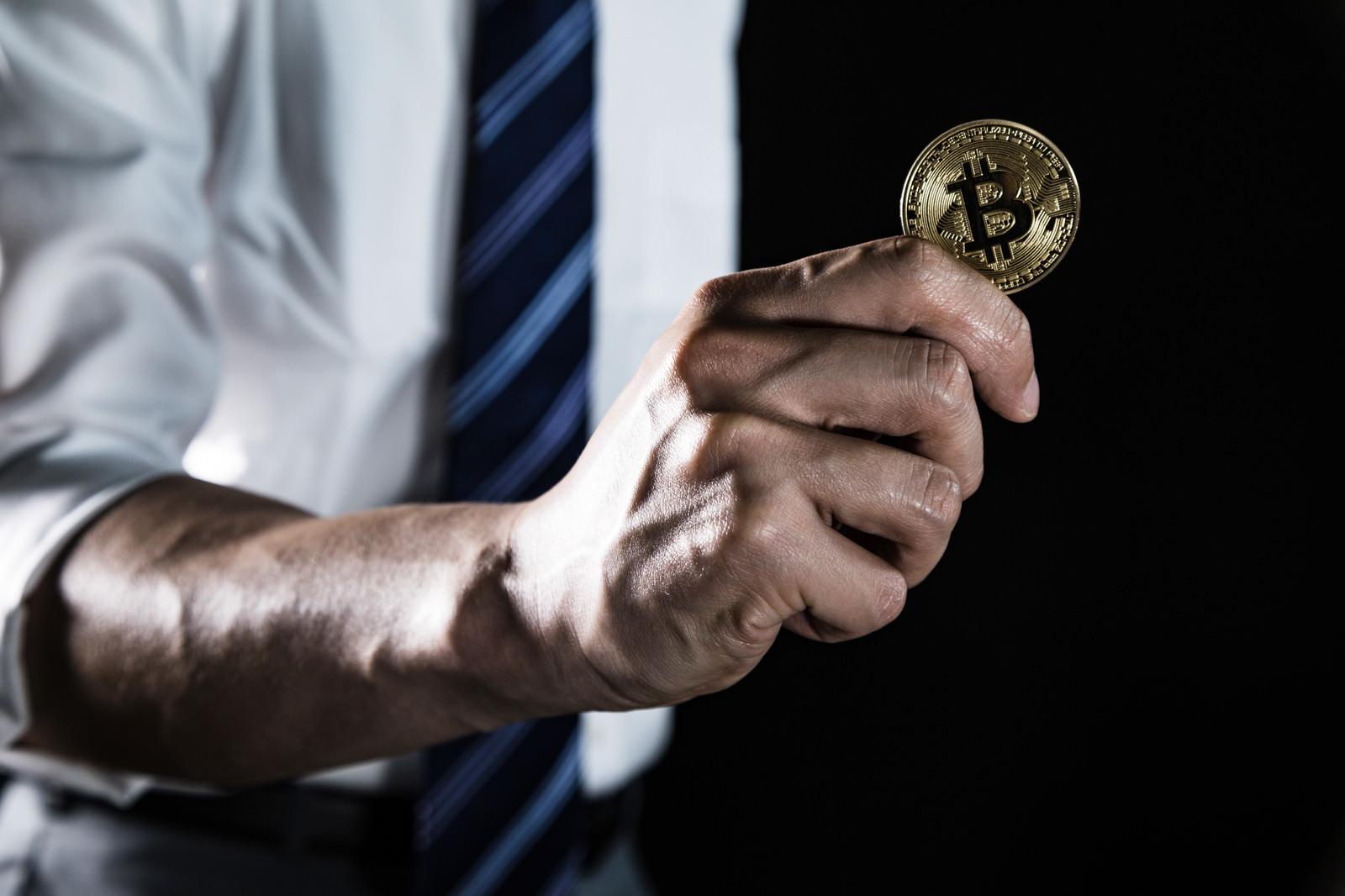 「ビットコインを具現化する能力者」の写真[モデル:大川竜弥]