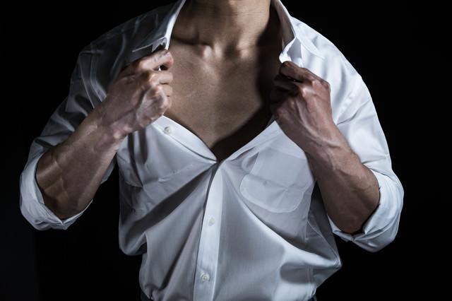 胸元を過剰に露出する細マッチョの写真