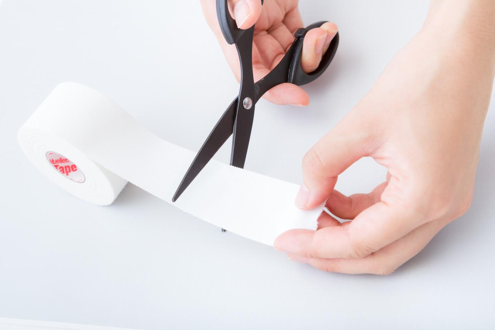 「ホワイトテープをハサミでカットする」の写真