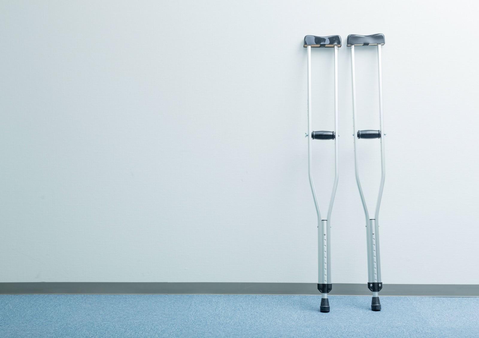 「廊下に置かれた松葉杖」の写真