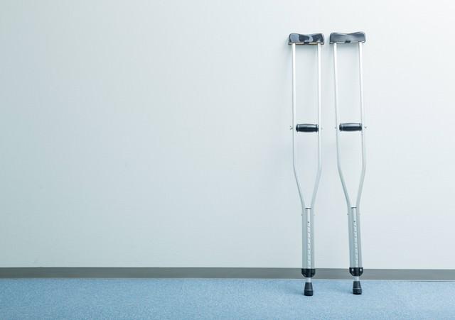 廊下に置かれた松葉杖の写真