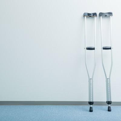 「廊下に置かれた松葉杖」の写真素材
