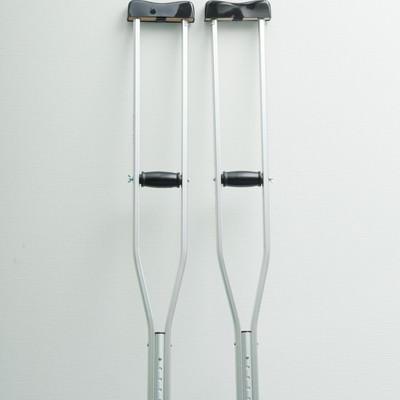 「立てかけられた松葉杖」の写真素材