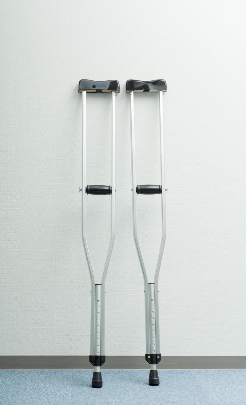 「立てかけられた松葉杖」の写真