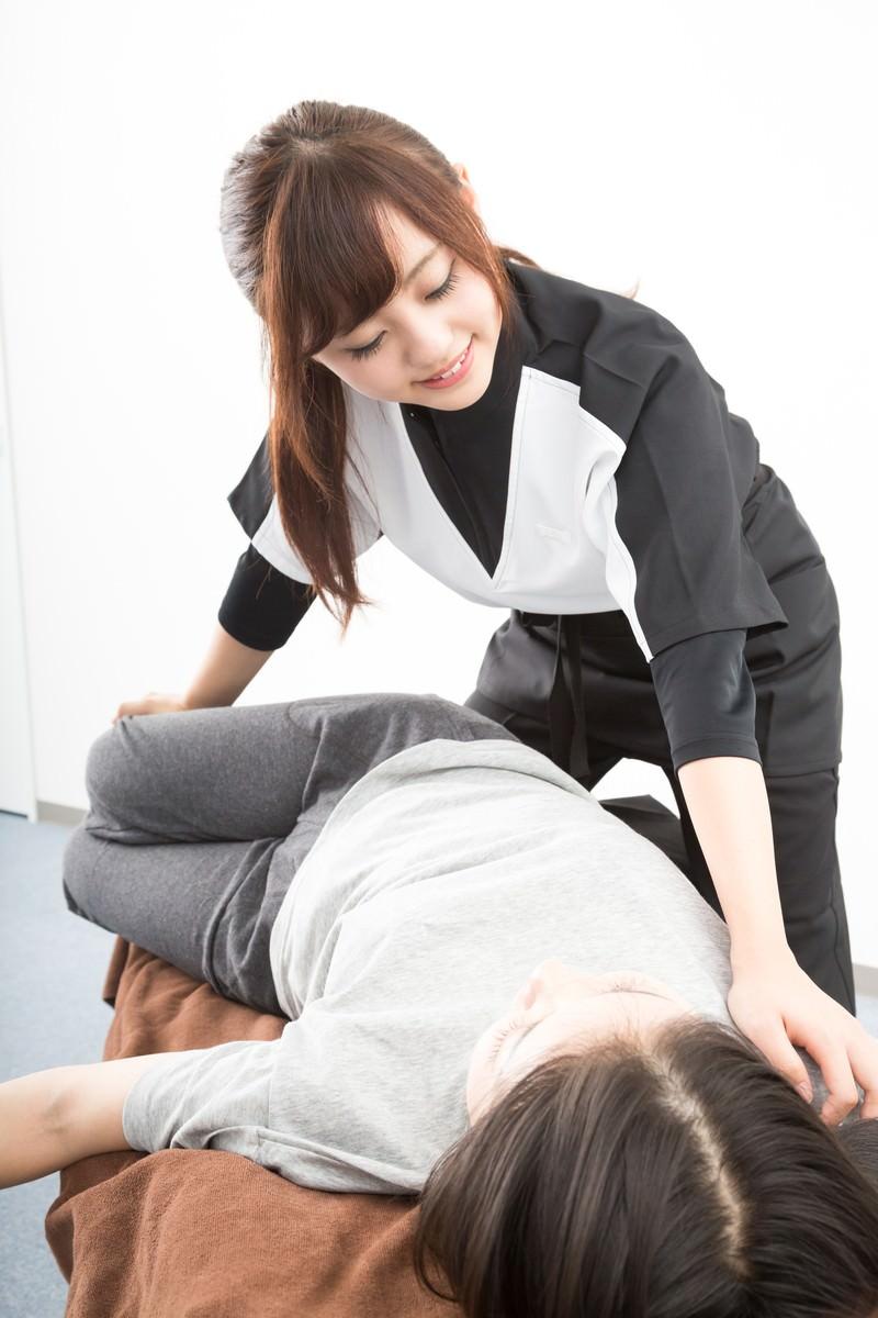 「整体を行う若い女性スタッフ」の写真[モデル:河村友歌]
