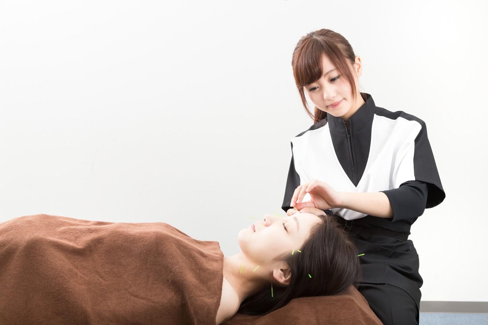 「顔に鍼治療を施す」の写真[モデル:河村友歌]