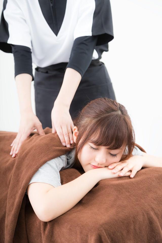 ストレッチが気持よくて寝てしまう女性の写真