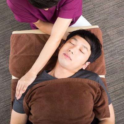 「首と肩のストレッチ」の写真素材