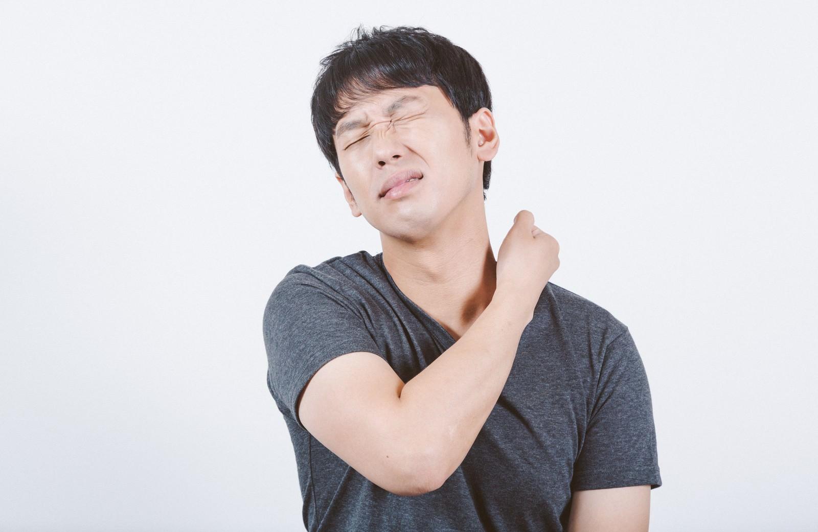 「首の痛みや違和感を感じる男性」の写真[モデル:大川竜弥]