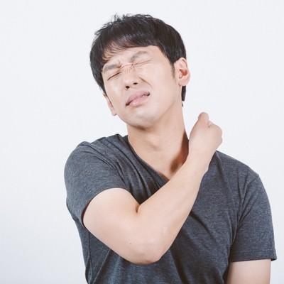 「首の痛みや違和感を感じる男性」の写真素材