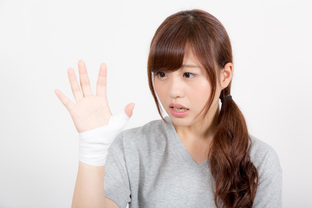 拇指固定された女性の写真