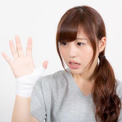 「拇指固定された女性」の写真素材