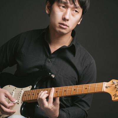「セブンスコードでオシャレカッティングをする松野さん(仮)」の写真素材