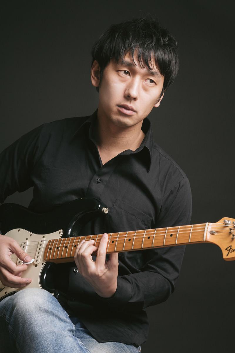 「セブンスコードでオシャレカッティングをする松野さん(仮)」の写真[モデル:大川竜弥]