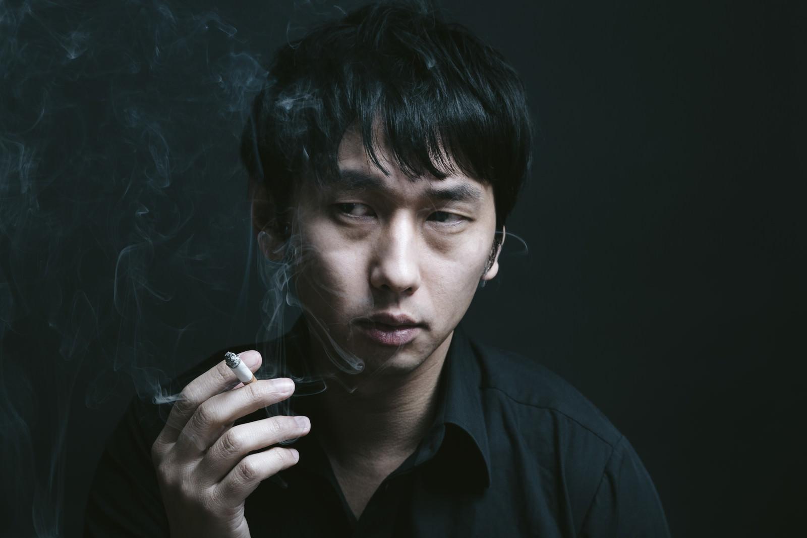 「暗い喫煙室で煙草を吸う男性暗い喫煙室で煙草を吸う男性」[モデル:大川竜弥]のフリー写真素材を拡大
