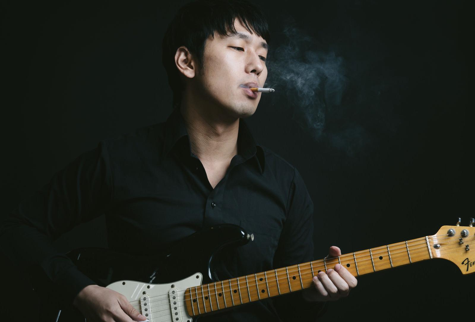 「海外のギタリストに影響されたブルースかぶれ海外のギタリストに影響されたブルースかぶれ」[モデル:大川竜弥]のフリー写真素材を拡大