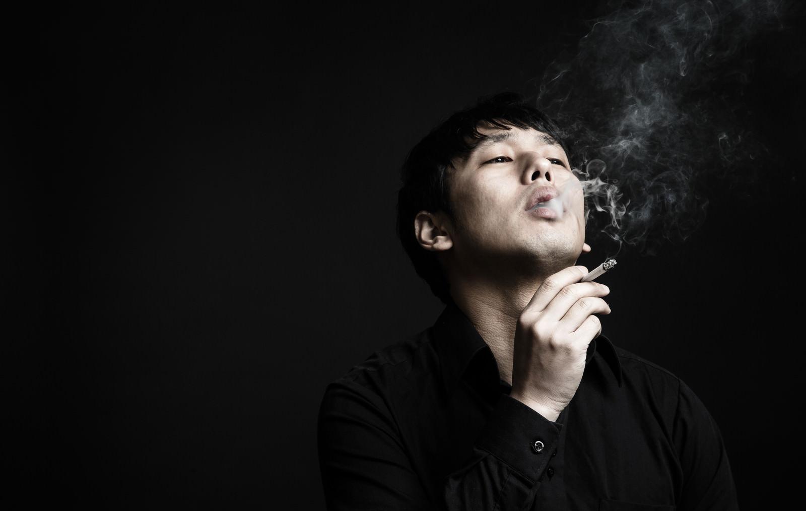 「マナーの悪い喫煙者」の写真[モデル:大川竜弥]